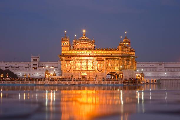 der goldene tempel bei nacht - goldener tempel stock-fotos und bilder