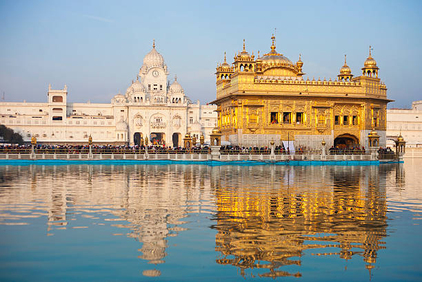 der goldene tempel in amritsar, indien - goldener tempel stock-fotos und bilder