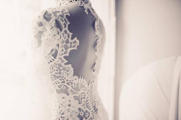 die wunderschönen brautkleid im schaufenster - brautstyling stock-fotos und bilder
