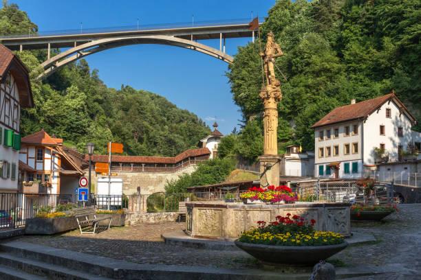 Le pont Gotteron sous la rue historique (rue des Forgerons) de Fribourg - Suisse - Photo