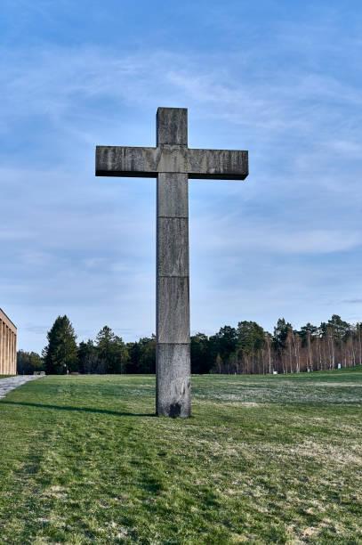 La cruz de granito en el cementerio forestal de Enskede - foto de stock