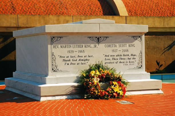las tumbas de martin y coretta king en atlanta georgia - martin luther king jr day fotografías e imágenes de stock