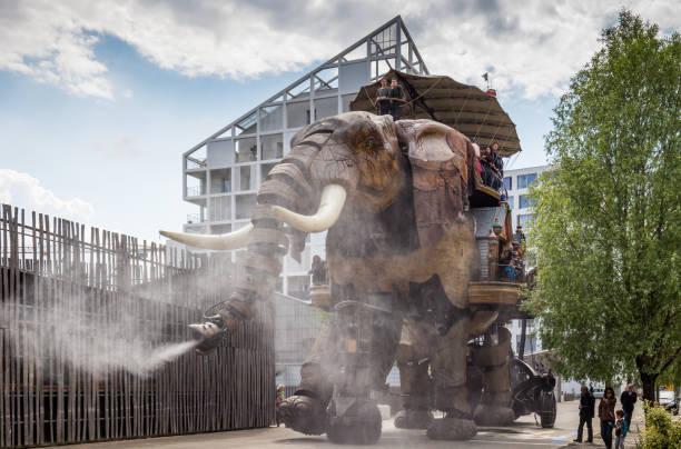le grand eléphant fait partie des machines de l'île de nantes, transportant des passagers sur place de la ville de nantes - nantes photos et images de collection