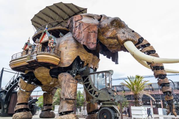 der große elefant ist teil der maschinen von der insel von nantes passagiere auf marktplatz in nantes, frankreich - erfinder der fotografie stock-fotos und bilder