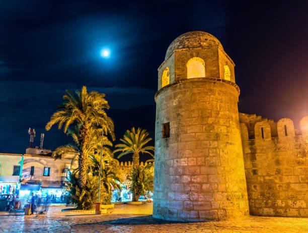 die große moschee von sousse in der nacht. tunesien - urlaub in tunesien stock-fotos und bilder