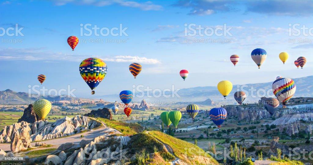 Die große Touristenattraktion von Kappadokien - Flug mit einem Heißluftballon. Cappadocia ist als einer der besten Orte auf der ganzen Welt bekannt, mit Heißluftballons fliegen. Göreme, Kappadokien, Türkei – Foto