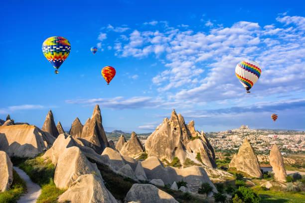 de geweldige toeristische trekpleister van cappadocië - ballonvaart. cappadocië is de hele wereld bekend als één van de beste plekken om te vliegen met hete lucht ballonnen. goreme, cappadocië, turkije - aardpiramide stockfoto's en -beelden