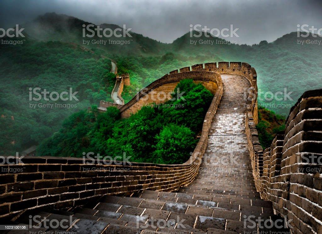 La sección de Badaling Gran de pared con nubes y niebla, Beijing, China foto de stock libre de derechos