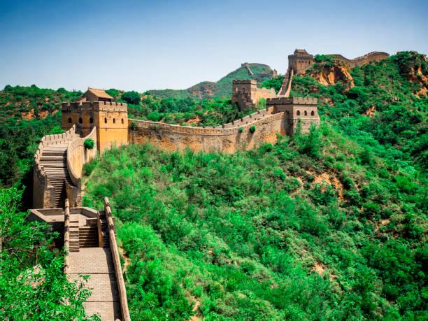 die große wand jinshanling-abschnitt mit grünen bäumen an einem sonnigen tag, peking, china - chinesische mauer stock-fotos und bilder