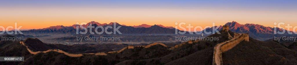 Die chinesische Mauer bei Sonnenaufgang – Foto