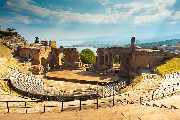 the greek theater & mount etna, sicily, italy - 陶爾米納 個照片及圖片檔