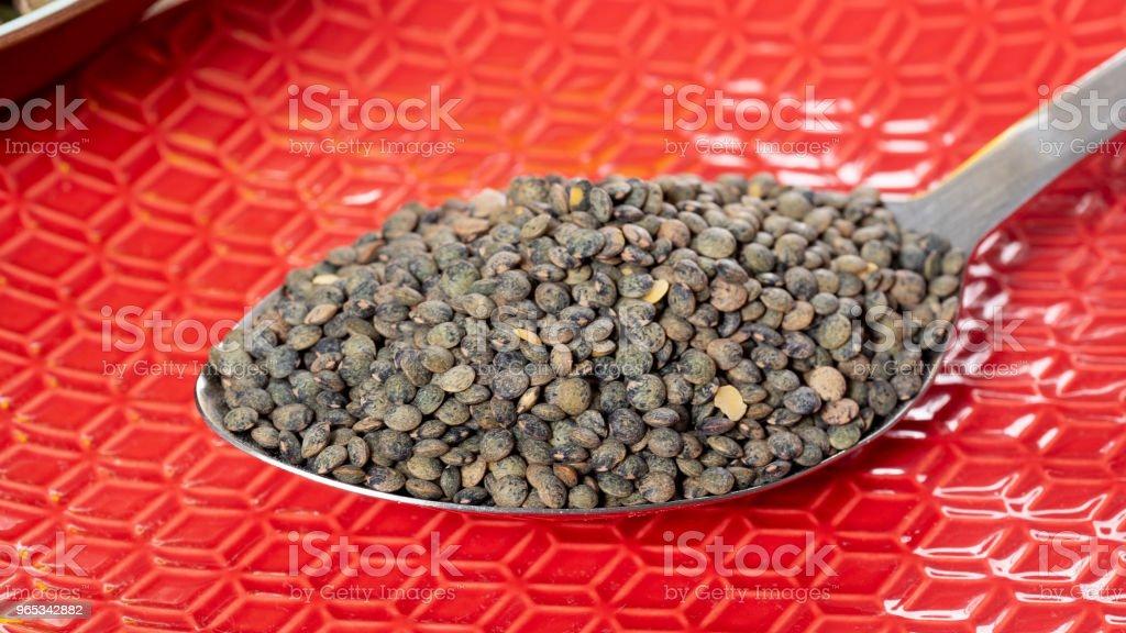 les lentilles vertes dans une cuillère - Photo de Agriculture libre de droits