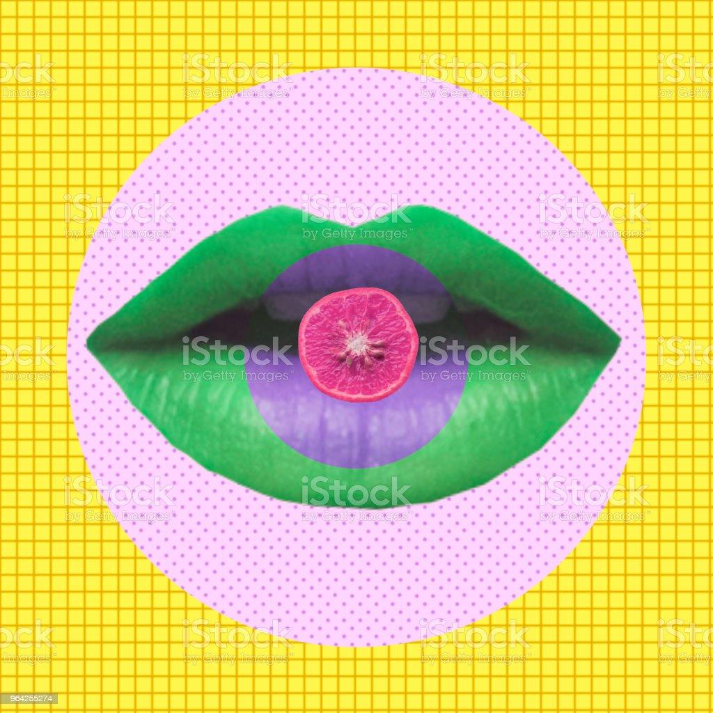 Labios de la mujer verde mantenga la fruta naranja. - foto de stock