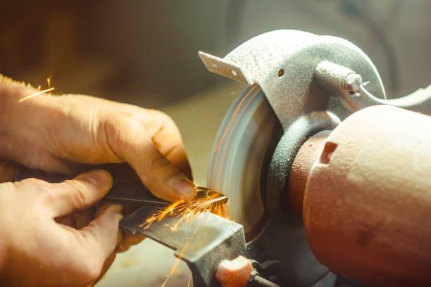 die Schleifmaschine schärft – Foto