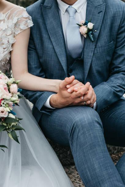 Der Bräutigam hält die Hand der Braut – Foto