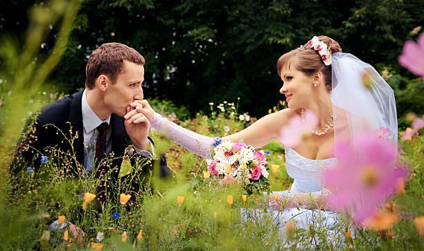 El novio novia de manos de besos - foto de stock