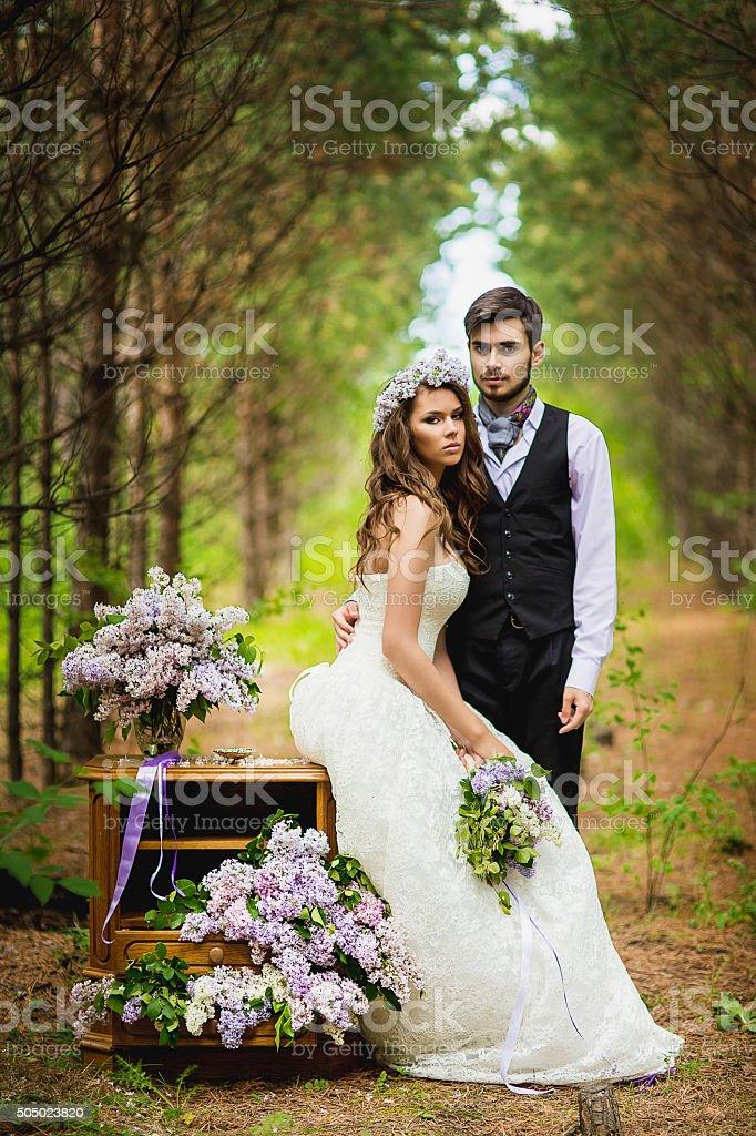 Brautigam Mit Der Braut In Das Holz Mit Flieder Stock Fotografie Und