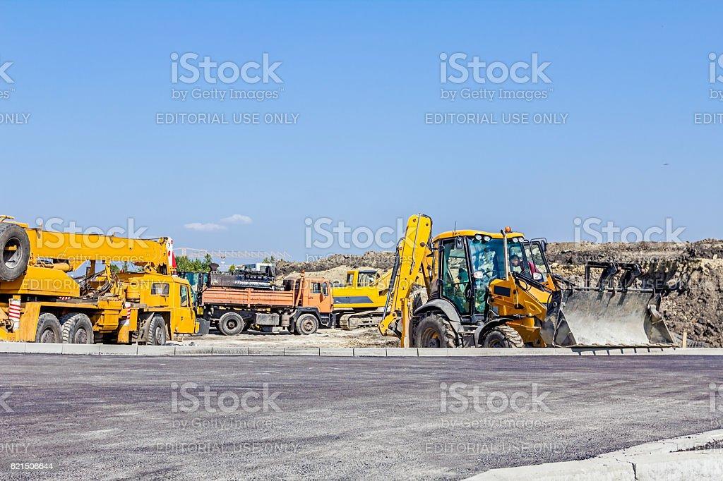 Le groupe de machines de construction sont garés sur chantier photo libre de droits
