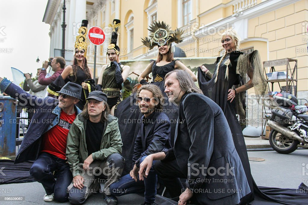 The group of men photographed with models. Lizenzfreies stock-foto