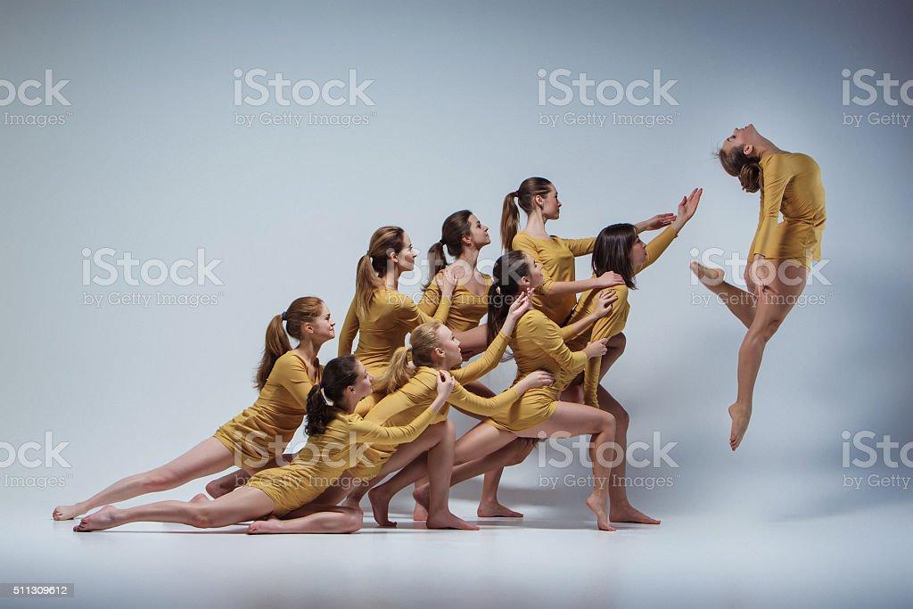 Die eine Gruppe von modernes Ballett-Tänzer – Foto