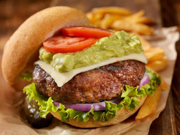 die guacamole bacon burger - gemüselaibchen stock-fotos und bilder