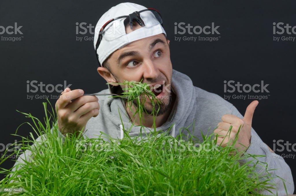 那傢伙吃綠草 免版稅 stock photo