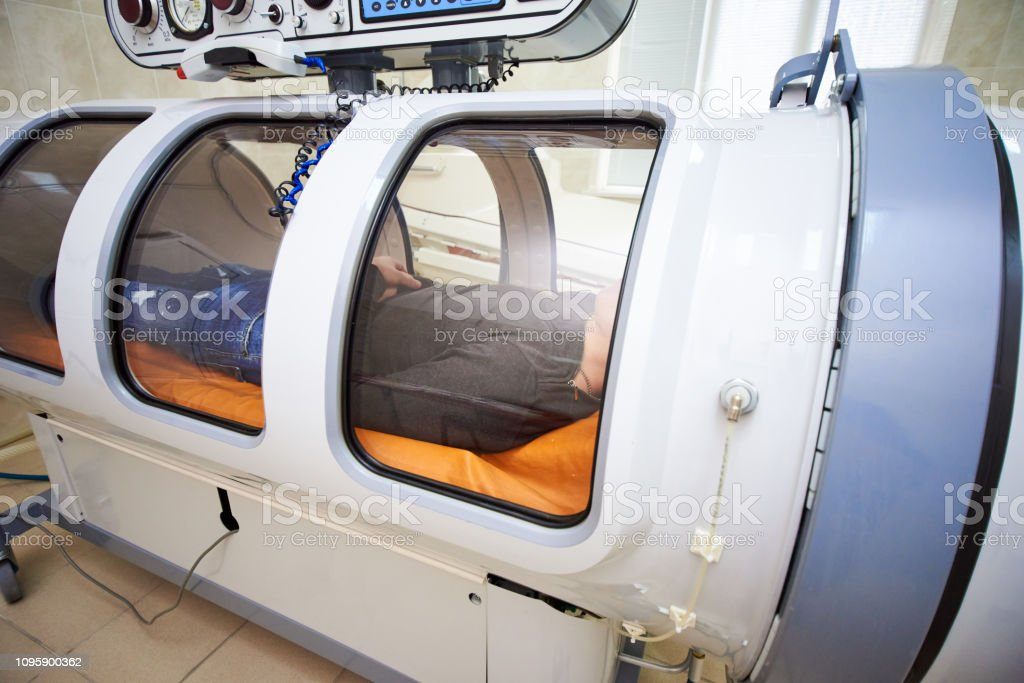 the guy in the black T-shirt lies in the hyperbaric chamber – zdjęcie