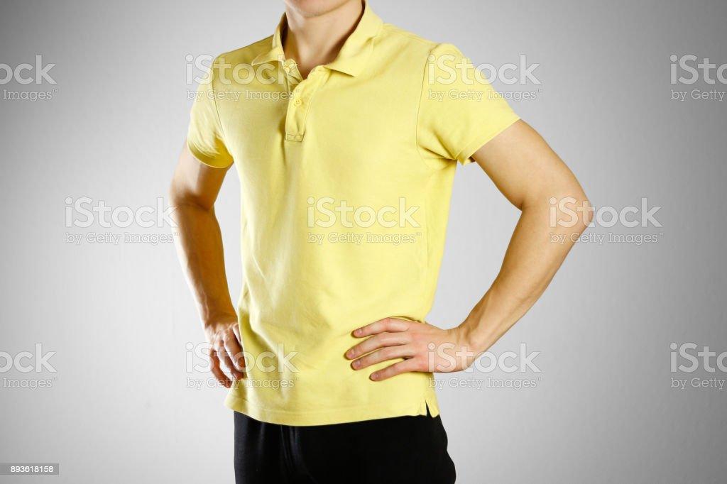 Killen i gul blank t-shirt Polo. Förberedd för din logotyp bildbanksfoto