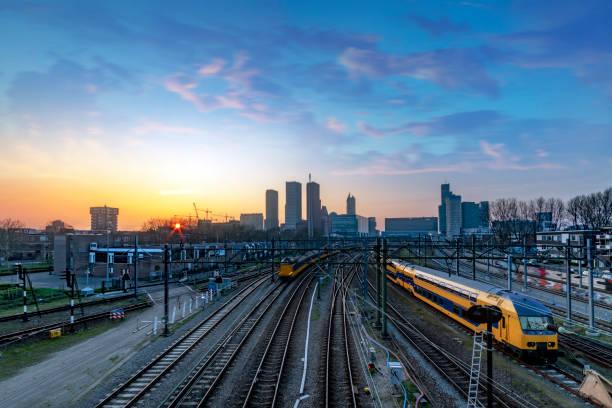 den haag in het nederlands skyline tijdens de zonsondergang moment achter het station - den haag stockfoto's en -beelden