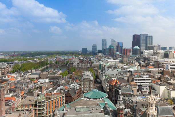 de skyline van den haag - den haag stockfoto's en -beelden