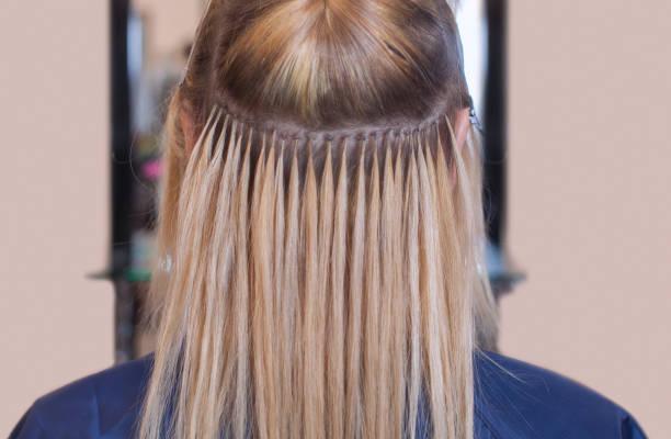 미용사가 머리 확장 어린 소녀, 뷰티 살롱에서 금발 - 붙임 머리 뉴스 사진 이미지