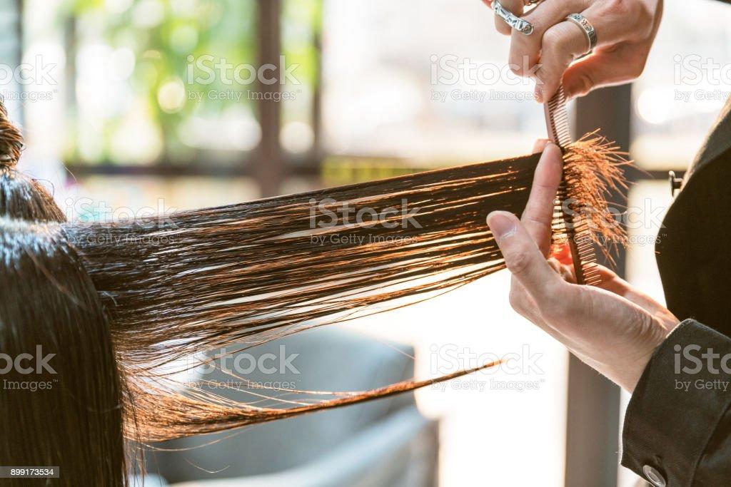 O cabeleireiro é cortar o cabelo - foto de acervo