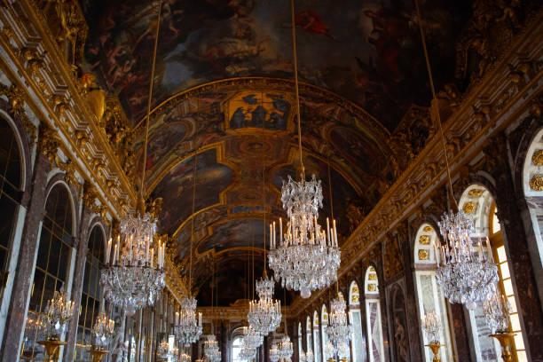 the hall of mirrors of the royal palace of versailles - sala balowa zdjęcia i obrazy z banku zdjęć