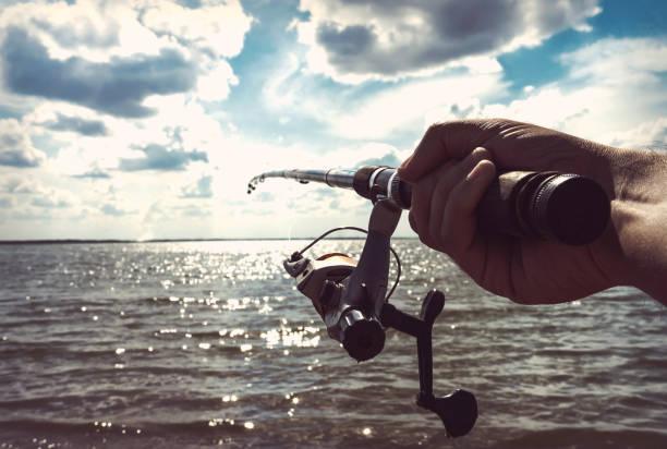 la main du pêcheur détenant - technique photographique photos et images de collection