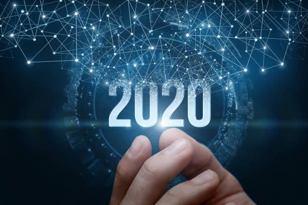 Die Hand zeigt die Zahlen 2020 auf dunklem Hintergrund. – Foto