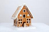 ハンドメイドの eatable ジンジャーブレッドハウスと雪の装飾