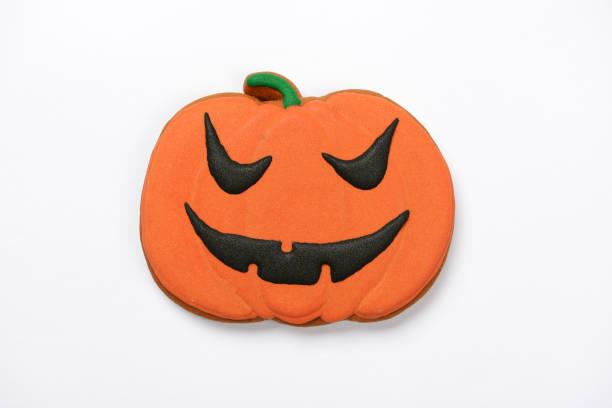 Der handgefertigte essbare Halloween-Kürbis auf weißem Hintergrund – Foto