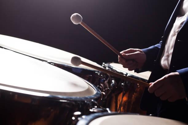 Die Hände der Musiker spielen auf einer Pauke – Foto