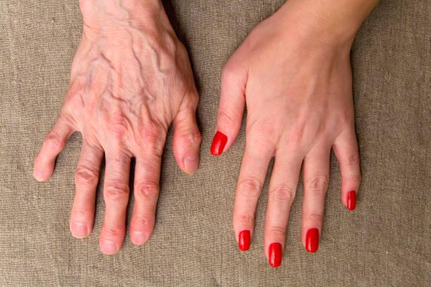 若者と年配の女性の手。 ストックフォト