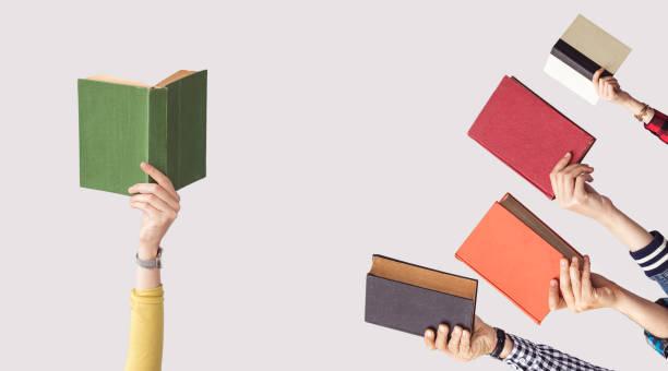 Die Hände des Menschen halten Bücher – Foto