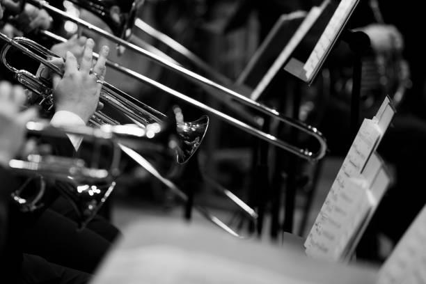 Die Hände des Trompeter im Orchester – Foto