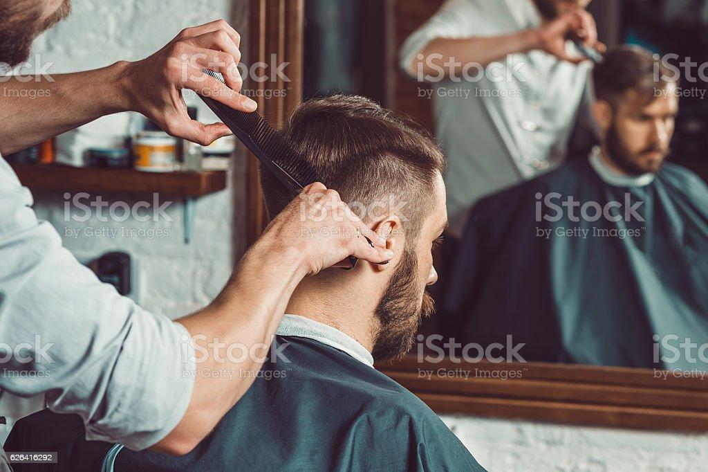 Les mains de jeunes salon de coiffure fait coiffure pour homme séduisant - Photo de A la mode libre de droits