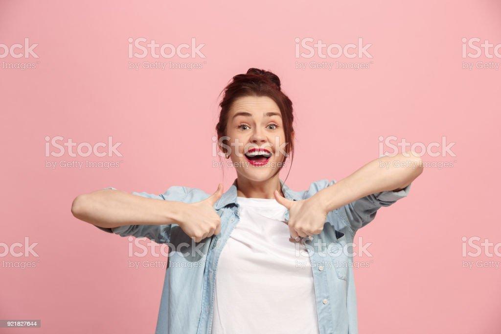 Der glückliche Geschäftsfrau stehend und lächelnd vor rosa Hintergrund – Foto