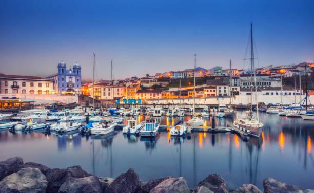 Der Hafen von Angra Heroismo in der Abenddämmerung, Insel Terceira (Azoren) – Foto