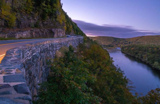 promenade de nid de la hawk - rivière delaware photos et images de collection