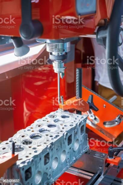 Głowica Silnika Spalinowego Jest Zamontowana Na Szlifierce - zdjęcia stockowe i więcej obrazów Aluminium