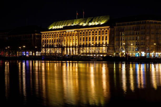 der hauptsitz von hapag-lloyd befindet sich auf der inneren alster see-ufer in der nacht - hotel stadt hamburg stock-fotos und bilder