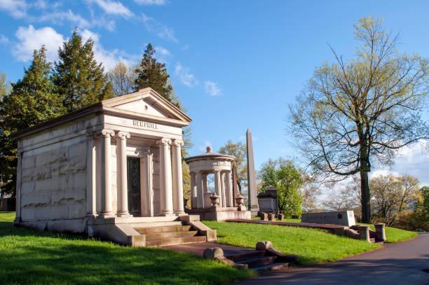 de hemphill en baum familie mausoleums naast een weg in de homewood cemetery - mausoleum stockfoto's en -beelden