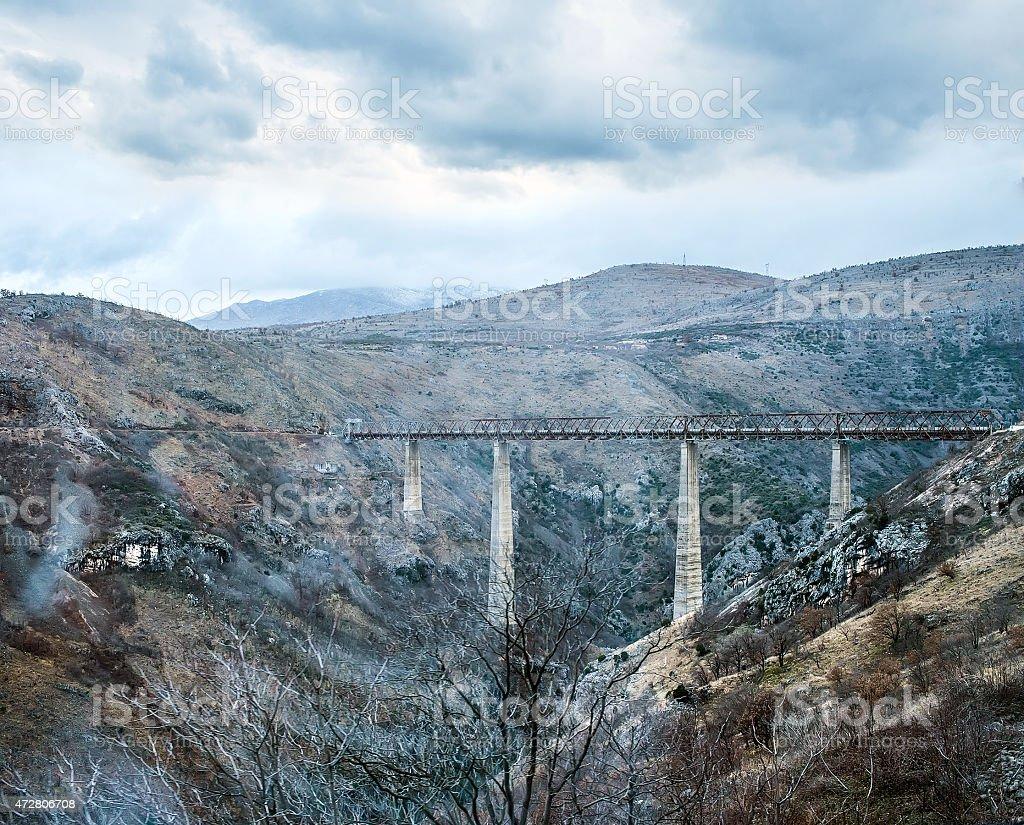 La mayor puente del ferrocarril en Europa, cerca de Kolasin - foto de stock
