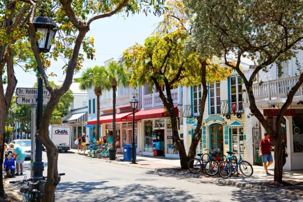 Das historische und beliebte und Duval Street im Zentrum von Key West. – Foto